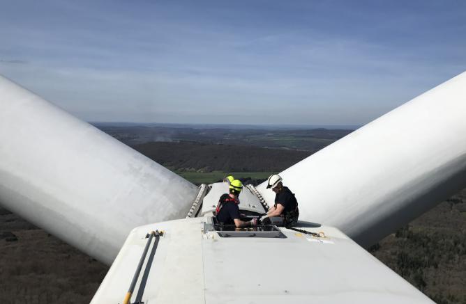 Techniciens en haut d'une éolienne - Vélocita Énergies