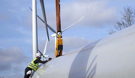 Ouvrier avec une tour d'éolienne