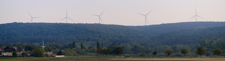 parc éolien près d'un village